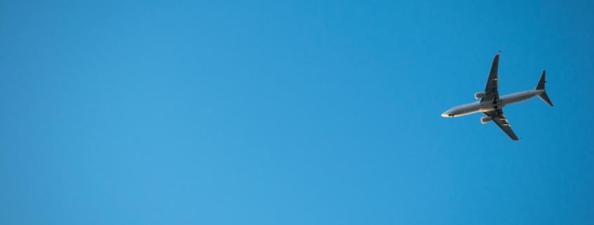 Fly i blå himmel